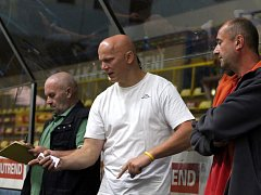 Hokejový trenér Rudolf Cakl (uprostřed) připravuje nejen znojemský mladší dorost, ale také muže v Moravských Budějovicích.
