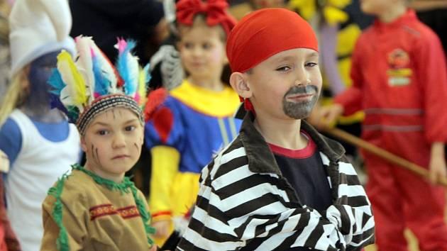 Více než stovka dětí zaplnila v sobotu odpoledne hodonický kulturní dům. Občanské sdružení Hodoňáci pořádalo již třetím rokem oblíbený maškarní karneval.