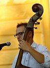 Koncert Cimbálové muziky Pavla Šafaříka spojený s degustací uspořádali organizátoři festivalu na nádvoří Louckého kláštera.