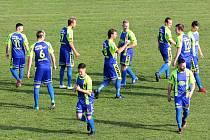 Fotbalisté Tasovic (modro-žlutí) v neděli remizovali 2:2 s týmem Ždírce nad Doubravou