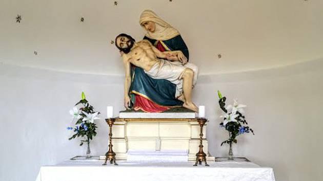 Dušičkové dění na hřbitově: opravená kaple a vydlážděné cesty mezi pomníky