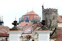 Zámek ve Vranově nad Dyjí dostává novou střechu. První dvě etapy vyjsou na sedmadvacet milionů korun. Lešení by mělo zmizet letos v červnu.