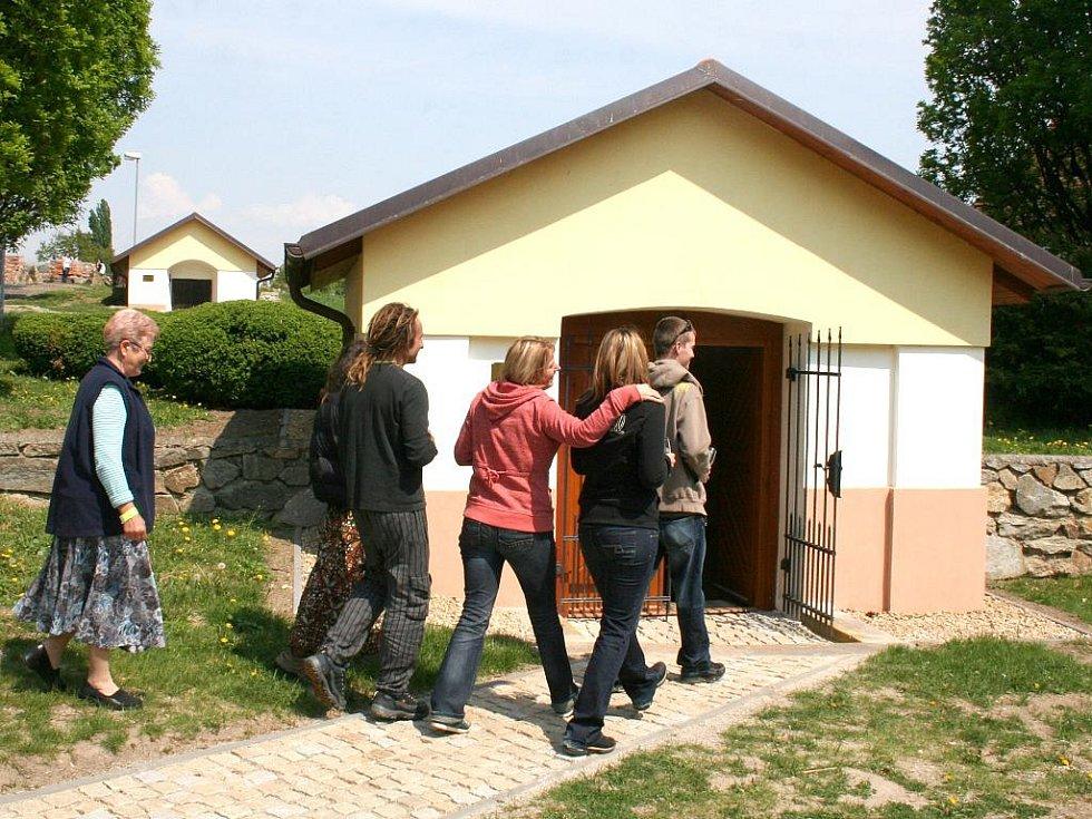 Hosté míří do jednoho ze čtyř kompletně zrekonstruovaných zámeckých sklepů v Bohuticích.