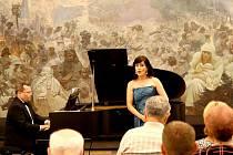 Vystoupení sopranistky Anny Mikolajczyk a klavíristy Edwarda Wolanina bylo pro pořadatele Znojemského hudebního festivalu poslední možností, jak se rozloučit s expozicí dvaceti monumentálních pláten malíře Alfonse Muchy.