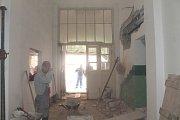 Znojemské kino Svět opravují dělníci, na úpravách se podílí i pracovníci kina.