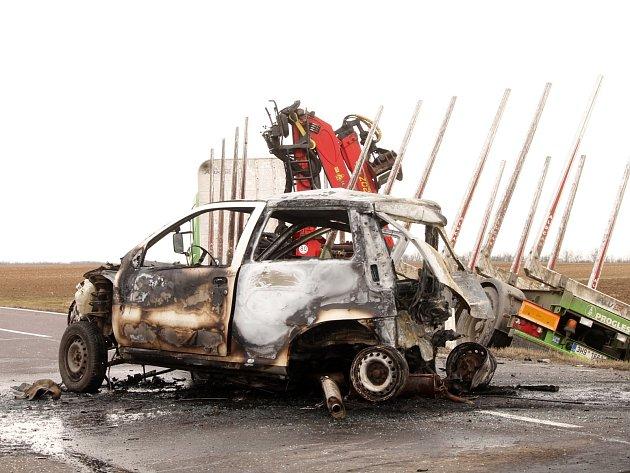Vážná dopravní nedhoda, při které shořelo osobní auto, se stala v pátek 6. března 2015 dopoledne na silnici číslo I/53 v prostoru křižovatky na Oleksovice.