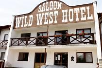 Bývalý Wild West Hotel v Dyjákovicích dnes poskytuje přístřeší třem desítkám sociálně slabých lidí.