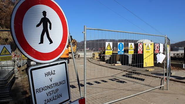 Rekonstrukce koruny hráze vranovské přehrady na Znojemsku skončí až na jaře 2019.