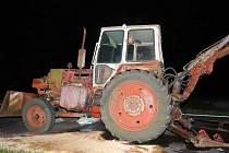 Řidič dodávky narazil zezadu do pomalu jedoucího traktor bagru.