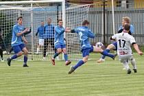 Fotbalisté Moravského Krumlova (modří) sehráli po mnoha měsících první klání. V přípravě zavítali na hřiště divizních Tasovic, kde prohráli 1:4.