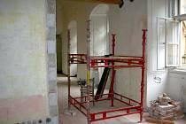 Opravy zámku v Moravském Krumlově pokračují.