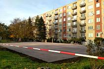 Mezi paneláky ulic Bolzanova a Pražská vzniká hřiště na basketbal. Chtěli ho v rámci projektu Tvoříme Znojmo sami obyvatelé města.