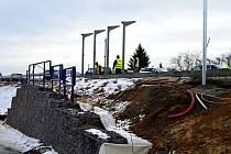 Pro budoucí obchvat Znojma budují dělníci mosty. Silnice u nové nemocnice se řidičům otevře již v neděli.