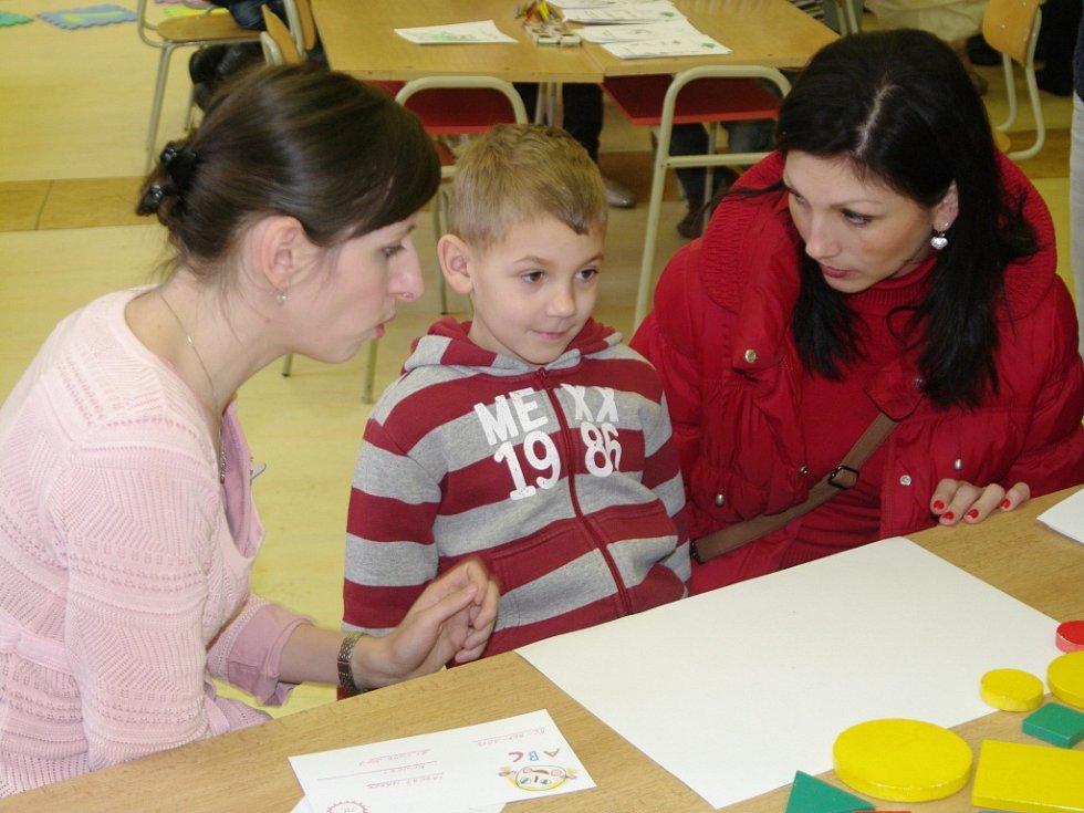 Stovky budoucích prvňáků zamířily v sobotu se svými rodiči k zápisům do prvních tříd.