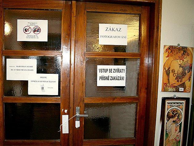 Zapečetěné dveře do výstavních sálů moravskokrumlovského zámku.