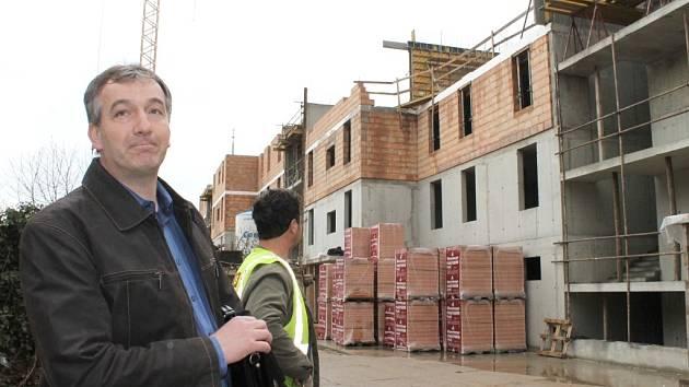 Devětatřicet bytů začínají již nyní, tedy přibližně rok před dostavěním, nabízet zájemcům stavitelé bytového domu v prostoru bývalé sodovkárny Mona v Rooseveltově ulici ve Znojmě.