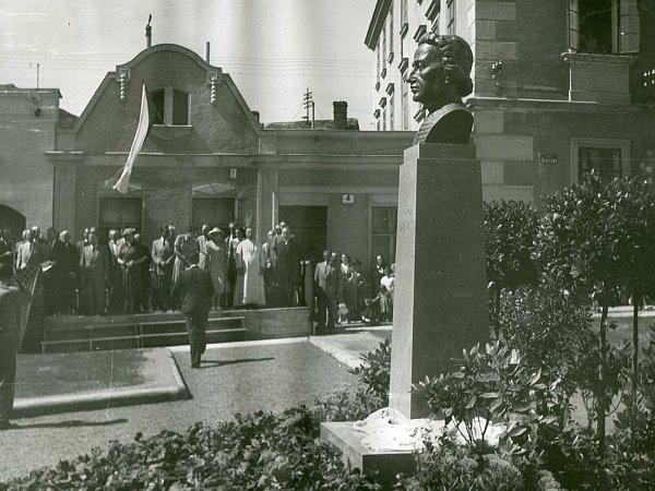 Busta našla své místo na náměstí  prvního srpna 1948.