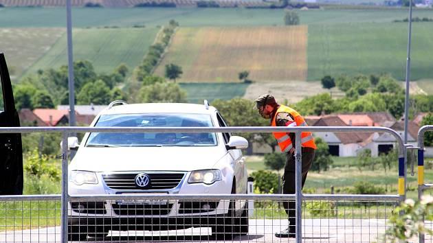 Překvapené řidiče čekala na přechodu Hnanice na rakouské straně zábrana. Uniformovaní příslušníci vraceli všechna auta zpět.