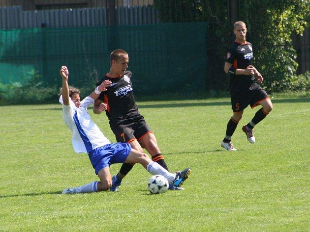 Záložník Martin Procházka se snaží odebrat míč hráči Slovácka