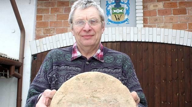 Dvaašedesátiletý bývalý dlouholetý morašický kronikář Emil Veis sbírá staré cihly. Ve sbírce má i tuto nevšední klenutou.