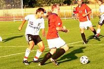 Na půdě druholigového Slovácka znojemští fotbalisté remizovali. V předešlém utkání ale svěřenci Michala Soboty deklasovali divizní Třebíč. Na snímku je v souboji pilíř jihomoravské obrany Michal Šuráň (vlevo).