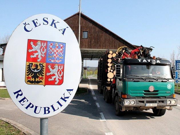 Silniční přechod mezi Vratěnínem a rakouským Langau využívají velmi často řidiči kamionů. Do Rakouska vozí dřevo, které těží na území naší republiky.