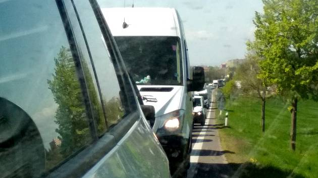 První den částečné uzavírky silnice první třídy číslo 38 ze Znojma na Prahu přinesl  dlouhé kolony. Zdržení bylo ve směru od Znojma až dvacet minut.