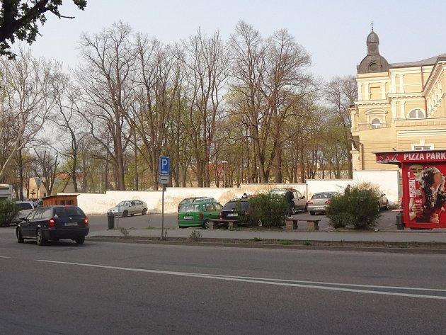 V místě nynějšího parkoviště stávalo kdysi kino Hraničář.