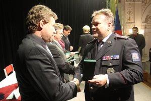 Desítky policistů i několik policistek ocenili za dobrou práci i za věrnost