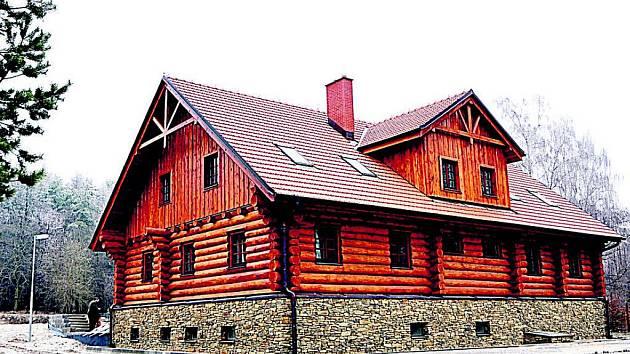 Z jedné z budov bývalé pohraniční roty v lese nedaleko Podmolí vybudovala Správa Národního parku Podyjí pro své pracovníky roubený srub.