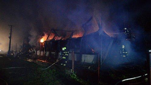 Rozsáhlý požár bývalé ubytovny zaměstnal ve středu hasiče vŠanově na Znojemsku.