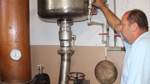 Trojí destilací kvasu z vyzrálých meruněk vznikne pálenka, která chutná a voní po meruňkách. Z pálenice Jiřího Nováka si už první zákazníci svou meruňkovici domů odvezli. Další objednávky přijímá až na říjen.