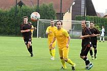 Fotbalisté Dobšic (žlutí) mají zahájit jarní sezonu první březnovou neděli.