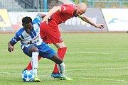 Druholigoví fotbalisté Znojma (v bílomodrých dresech) podlehli v předposledním kole letošní sezony F:NL na domácím hřišti celku MFK Vítkovice 0:3.