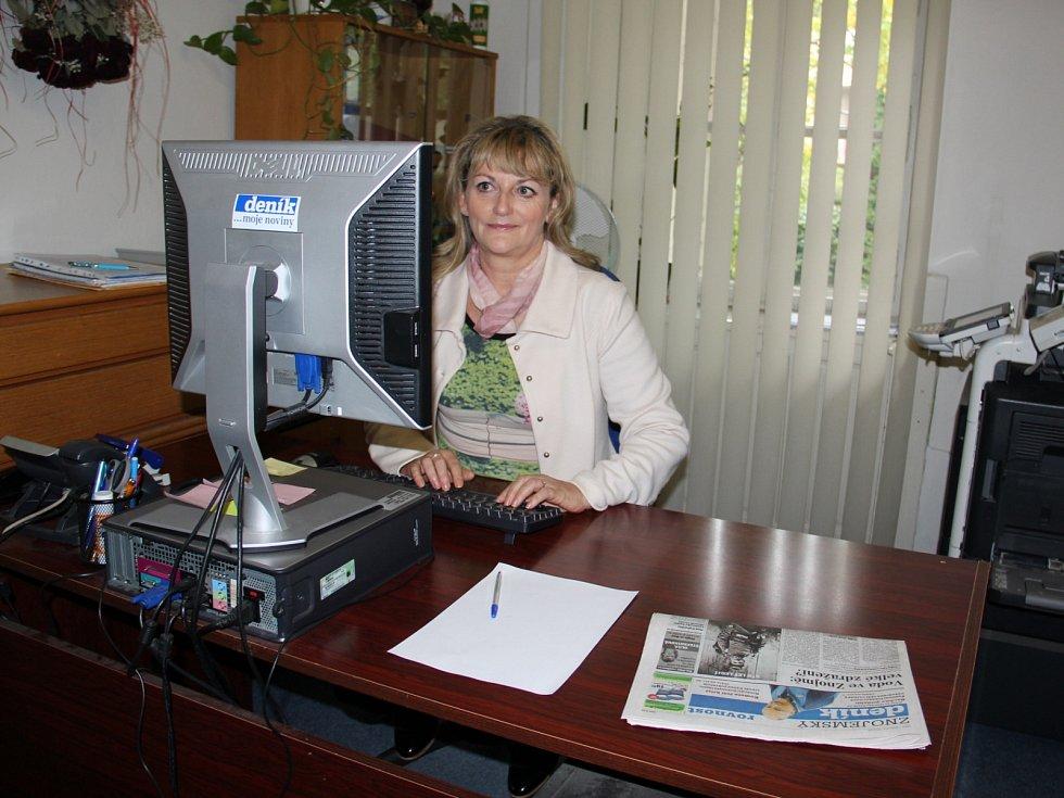 Olga Štefaniková v redakci Znojemského deníku Rovnost.