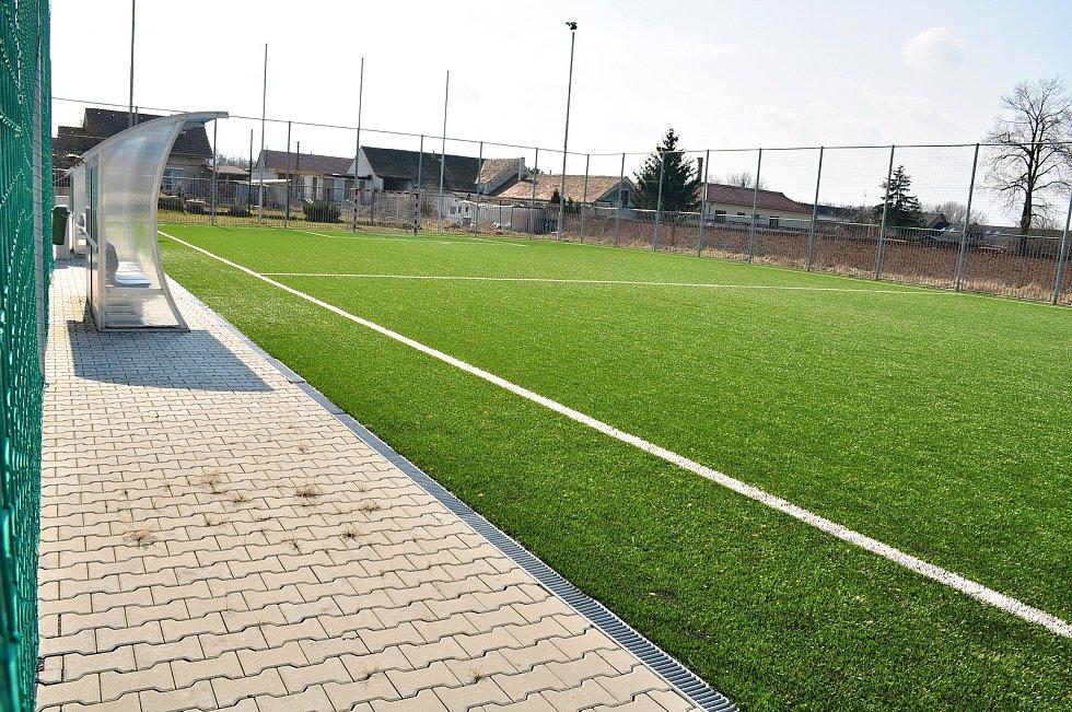 Multifunkční sportovní areál v sousedství základní školy v Hevlíně.