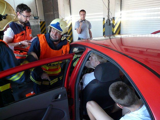 Znojemští hasiči nacvičovali společně se záchranáři a studentkami zdravotnické školy speciální metodu Start. Ta se týká například zásahů při hromadných nehodách s velkým počtem zraněných osob.
