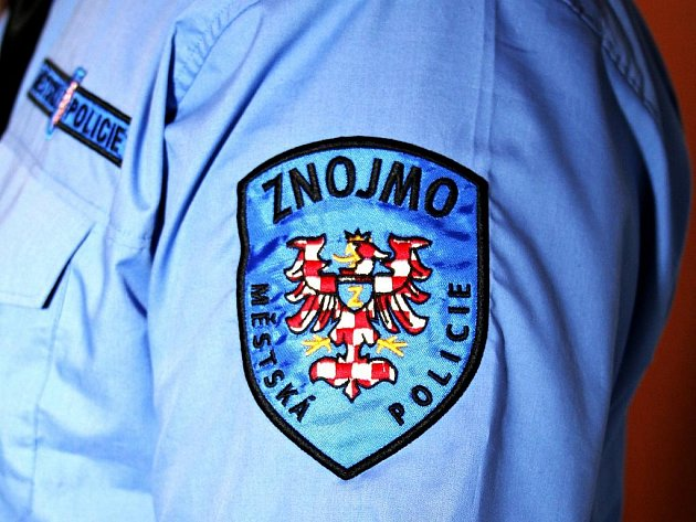 Logo Městské policie Znojmo na uniformě strážníka.