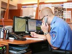 Strážník znojemské městské policie ve služebně. Ilustrační foto