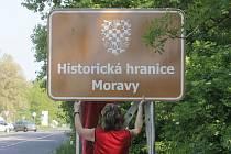Informativní značky Historická hranice Moravy odhalili  mezi Hevlínem a Laa an der Thaya  představitelé Moravské národní obce společně s vedením příhraničního Hevlína.