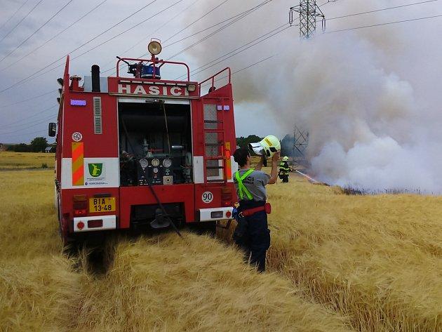 S požárem stojícího obilí a slámy bojovali hasiči na poli mezi Kuchařovicemi a Příměticemi u Znojma.