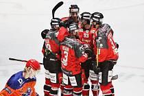 Hokejisté Znojma (v červeném) sehráli předposlední zářijové utkání druhé kolo třetí nejvyšší tuzemské soutěže. Doma se poprvé v sezoně postavili týmu Drtiči Hodonín.