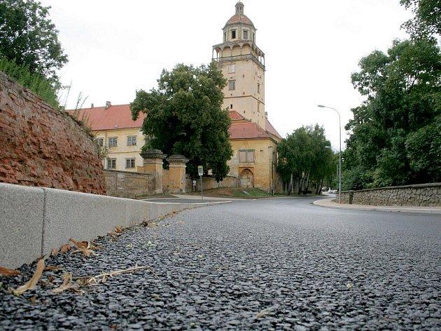 Nová silnice k zámku.