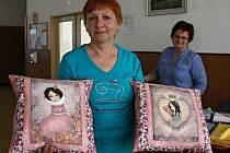 Znojemské strojírny zažily v neděli v 15. dubna společné šití polštářků pro nemocné děti. Ušily je členky Patchworkového klubu.