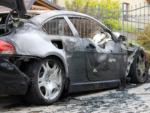 V Těšeticích shořela dvě auta. Škoda? 1,7 milionu korun.