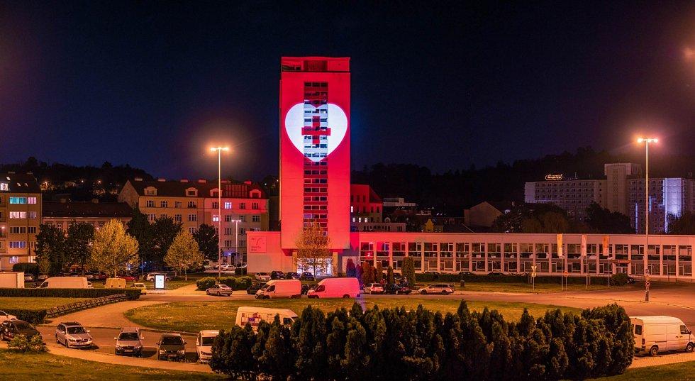 Iniciativa Světlem proti viru nasvítila i výškovou budovu BVV.