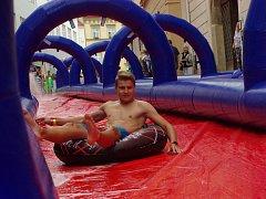 Vodní skluzavkou dlouhou 175 metrů se vozili návštěvníci zábavného odpolede ve znojemské Obrokové ulici.