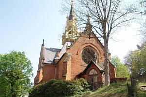 Anglikánský kostel sv. Lukáše v Karlových Varech stavěla firma stavitele Slowaka.