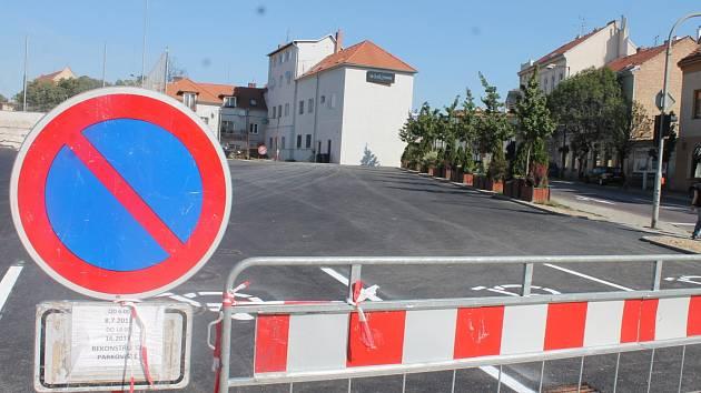 Opravy znojemského parkoviště na křižovatce ulic Jana Palacha a Sokolské se chýlí ke konci.