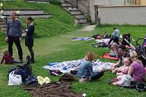 K třetí znojemské férové snídani se sešly asi dvě desítky lidí v Dolním parku.